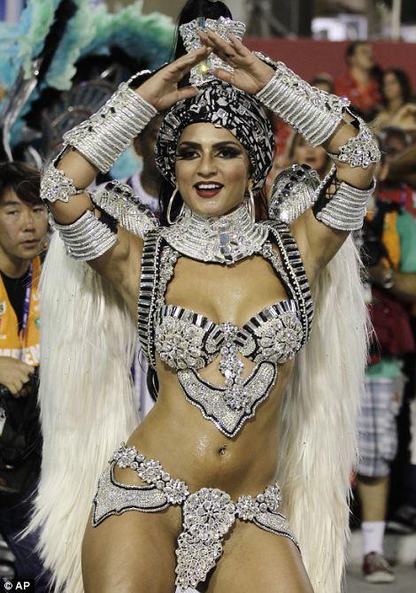 Артисты из Униао да Ilha делать Governador школы самбы парад по улицам