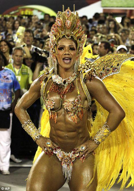 Артисты из Униао да Илья же Governador школы самбы участвовать в карнавале торжеств в Sambadrome в Рио-де-Жанейро