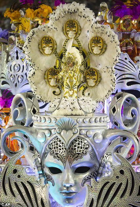 Артисты из Academicos сделать Salgueiro школы самбы параде во время празднования карнавала в Sambadrome в Рио-де-Жанейро