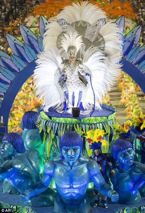 Артисты из парада Portela школы самбы во время празднования карнавала в Sambadrome в Рио-де-Жанейро