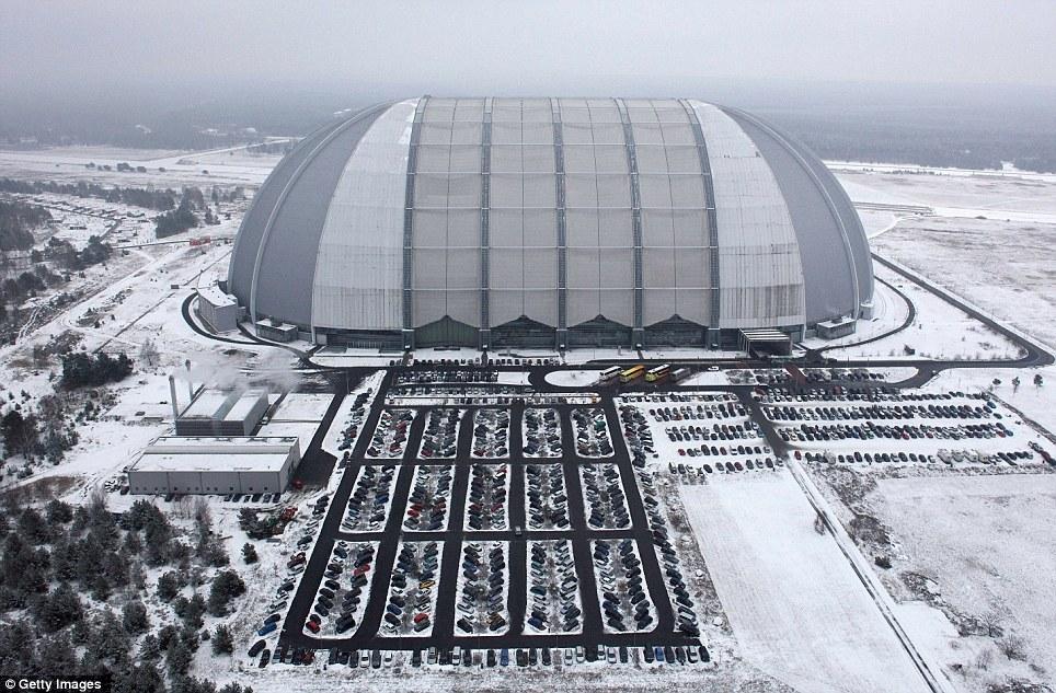 Frío: La nieve rodea el hangar gigante que alberga Tropical Islands