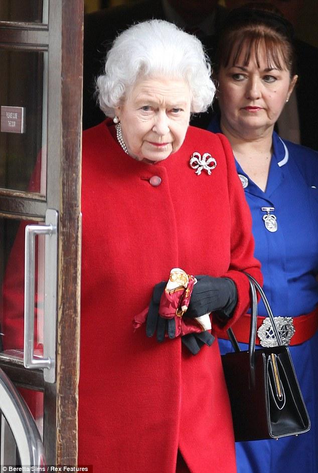 Enfermera con cinturon mason junto a la reina de Inglaterra