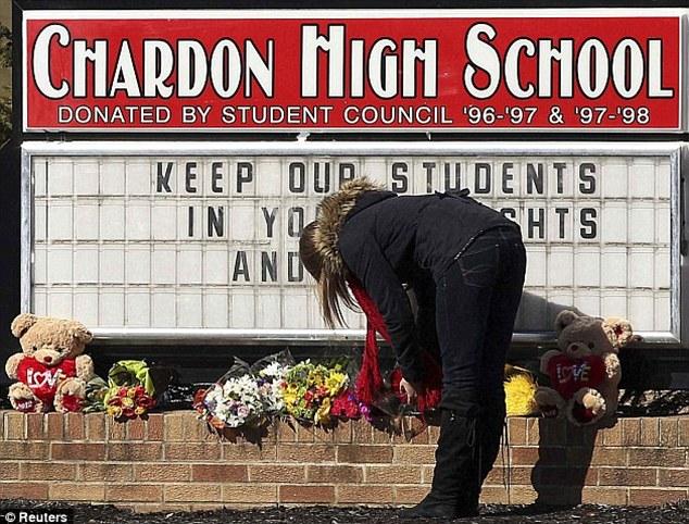 Luto comunidade: O tiroteio fevereiro de 2012, Chardon Escola Secundária deixou a pequena cidade de Ohio rural abalada