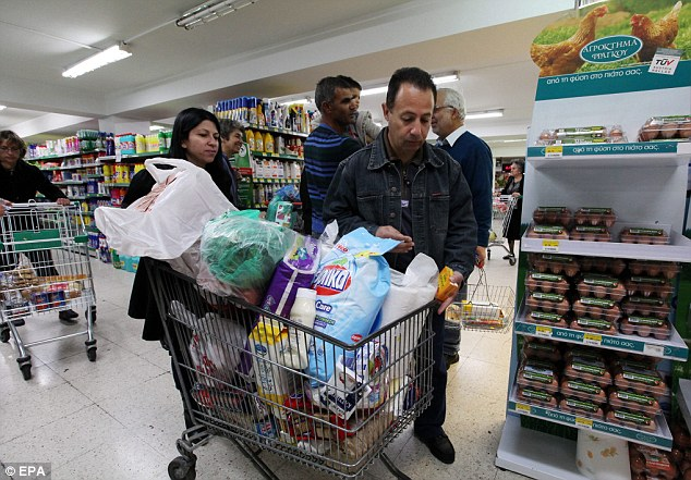 Panic buying: Crowds flock to supermarkets for fear of lack of products due to supply shortages in Nicosia