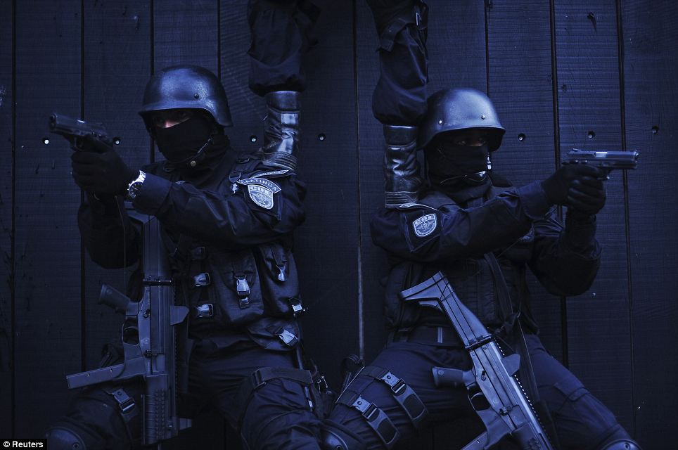 Police special forces in training to operate against the Salvador drug gangs