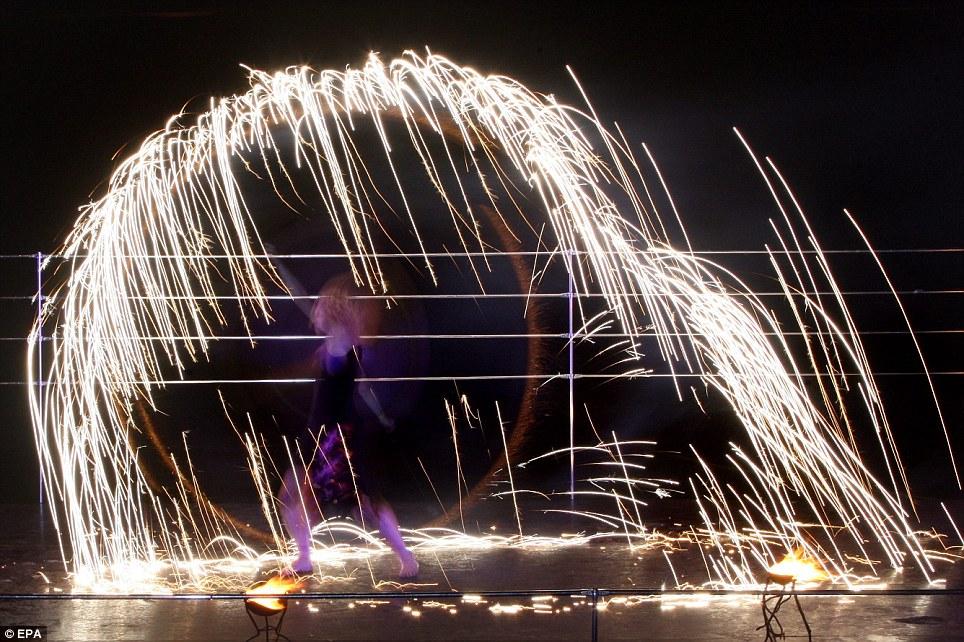 Крекинг шоу: художник выступает во время двухдневной Фестиваль Огня в Минске, Беларусь, вчера