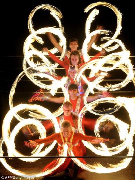 Хранение вещей нагревается: Художники задержать обручи, которые подожгли, чтобы превратиться в ручной Екатерины колеса