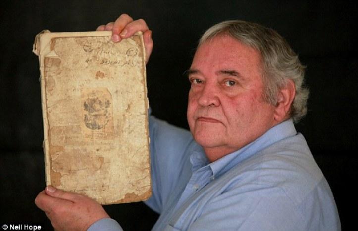 El cuaderno de bitácora olvidado de un ex buzo de la Marina Real Bob Smale por su hijo Lee (en la foto) ha puesto de manifiesto una visión fascinante de intentos de elevar una única Primera Guerra Mundial submarino que se hundió hace más de 80 años