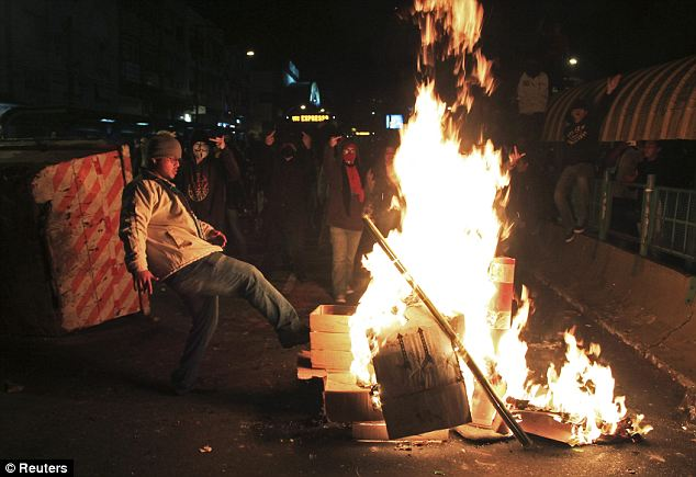 Flames: In Porto Alegre demonstrators build a bonfire to impede the arrival of the police