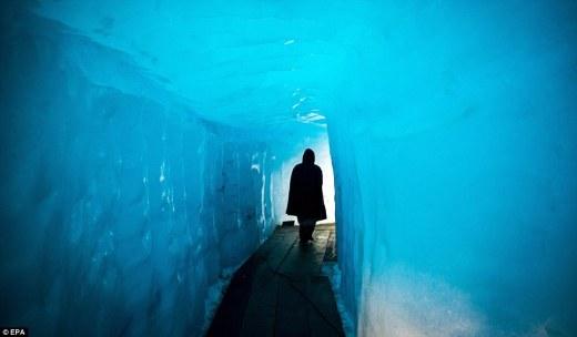 Misterioso: Al entrar en el túnel glacial realmente es como retroceder en el tiempo, caminando a través de un paso de hielo que se ha ocultado a la vista de miles de años