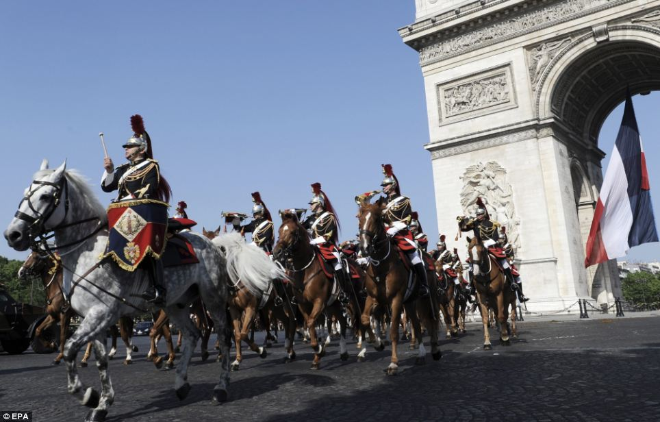 The riders of the Republican Guard passing by the Arc de Triomphe on the Place de l'Etoile