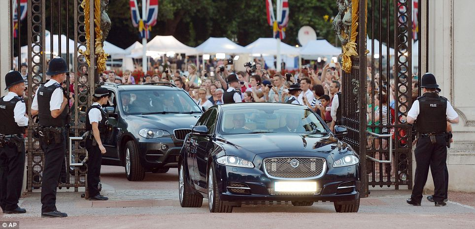 A Jaguar car is driven into the Forecourt of Buckingham Palace bringing the news to announce the birth
