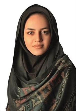 article 2394617 1B503FE3000005DC 28 306x445 Expulsan mujer de cargo porque es muy bonita [Irán]