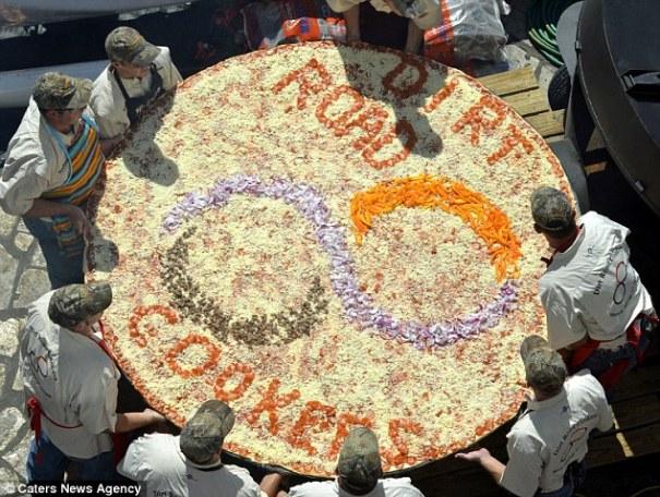 article 0 1B5CAF1A000005DC 930 634x478 Esta megaultragigantesca pizza alcanza pa jartar a varios, sí [EEUU]