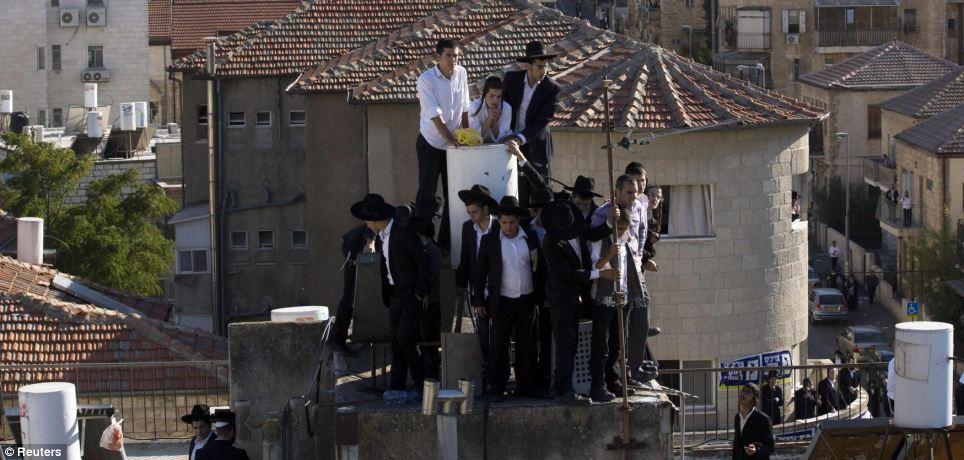Prêts à tout pour apercevoir leur icône, les garçons ont grimpé toits - le plus proche qu'ils pouvaient obtenir que des milliers ont envahi le terrain ci-dessous