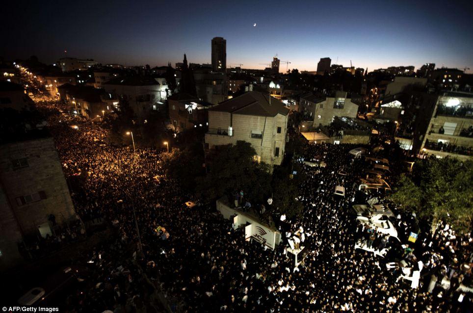 Dévastées: des centaines de milliers de juifs ultra-orthodoxes assister aux funérailles du rabbin Ovadia Yosef