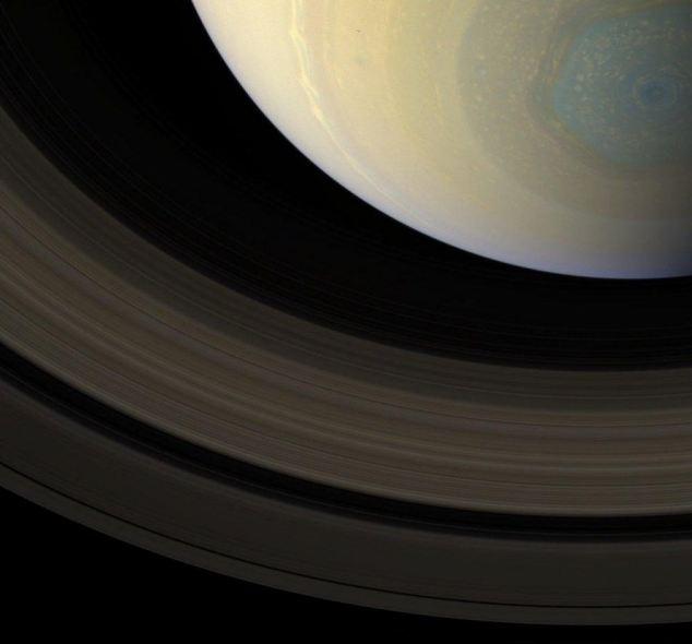 Misterioso hexágono de Saturno muestra sus verdaderos colores.