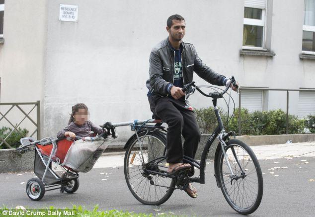 'Una vida mejor': Victor Rosta, 25, y su hija, en busca de chatarra y otras formas de ganar dinero.  Familias romaníes llegaron a Francia para un nuevo comienzo, pero dicen que 'no estamos queríamos'