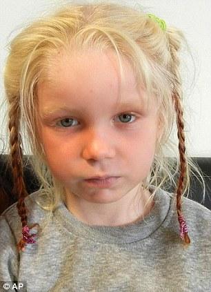 La niña de cuatro años de edad, se encontró viviendo en un campamento de gitanos con un par arrestado y acusado de secuestrarla de sus padres biológicos