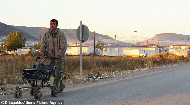El residente local: Un hombre con un cochecito doble en el campamento de gitanos en Farsalia, donde se descubrió que el niño