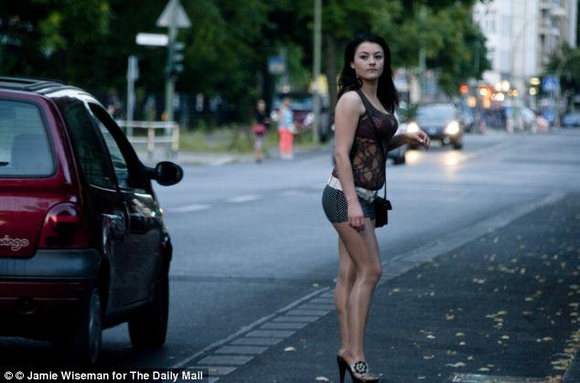 Una prostituta rumana trabaja las calles de Berlín, en la zona de Kurfürstendamm de la ciudad