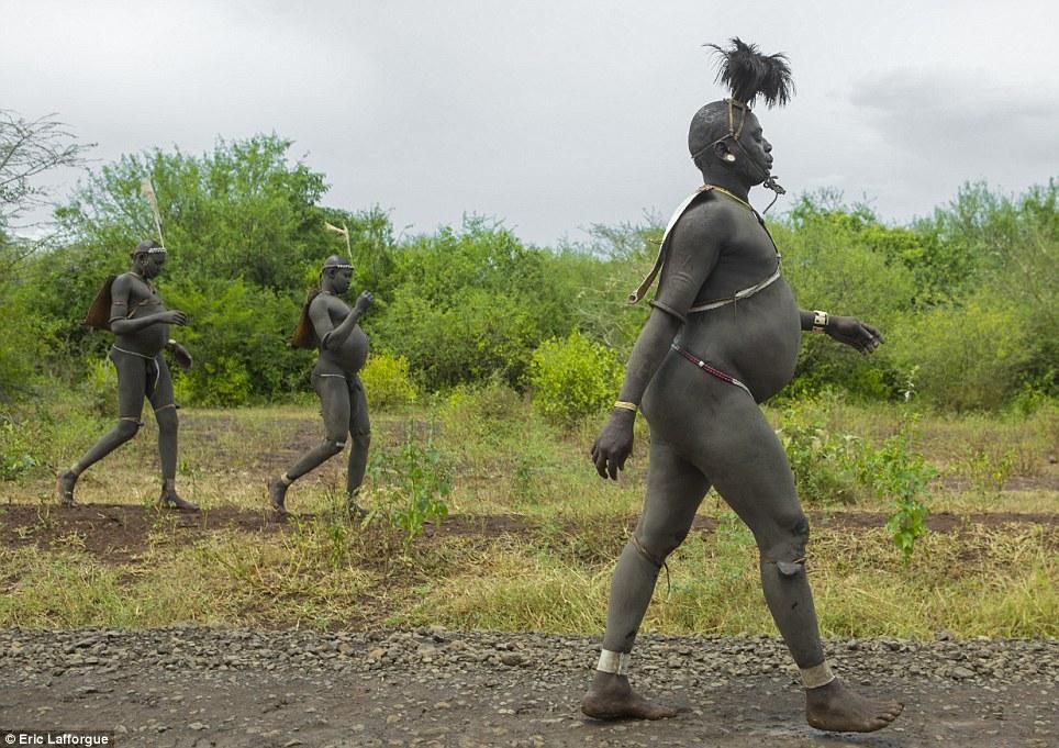No caminho: Uma vez que os homens estão prontos para ir, eles caminhar até a árvore sagrada, onde a cerimônia acontece - um desafio para eles por causa de seu peso