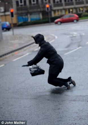 Los trabajadores de oficina se esforzaban por mantenerse en pie hoy en Leeds (2)