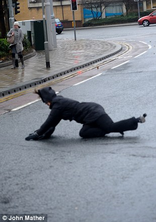 Los trabajadores de oficina se esforzaban por mantenerse en pie hoy en Leeds (3)
