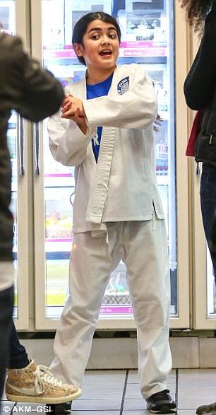 Espíritos elevados: Blanket (L) ostenta o kimono karate branco como ele faz uma visita a Baskin-Robbins com o irmão mais velho príncipe e sua namorada Remi Alfalah (R)