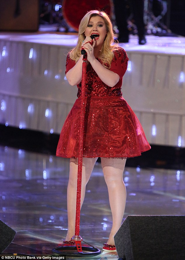 Pregnant Kelly Clarkson And Her Family Pose In Bizarre