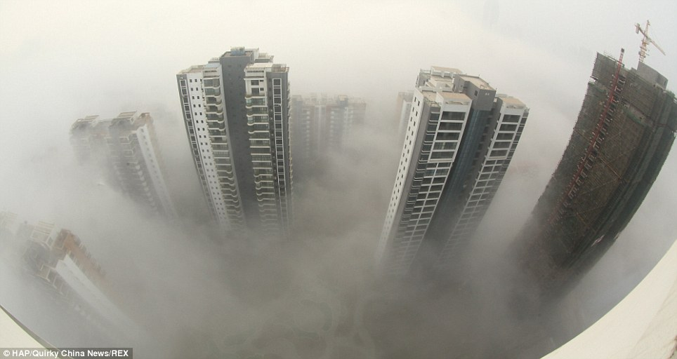 Mer du smog: Les sommets des bâtiments coup d'oeil à travers une bande épaisse de pollution à Lianyungang, province du Jiangsu, qui a une mesure de qualité de l'air de 155.  La limite est de 50
