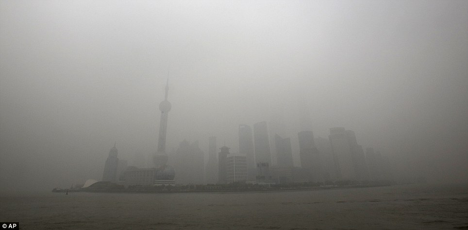 Purée de pois: Shanghai était à peine visible dans l'air sale dans cette photo, prise le lundi.  La pollution est attribuée à la combustion du charbon, gaz d'échappement des voitures, les usines et météo