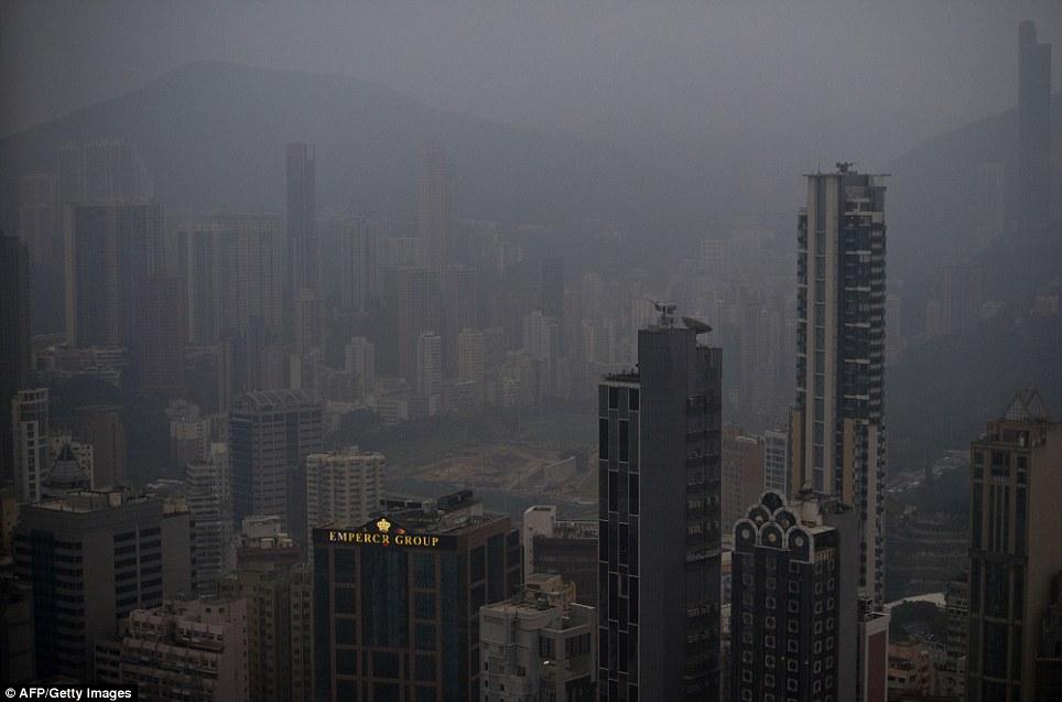 Comme la maison des économies les plus dynamiques du monde, beaucoup de Sud-Est asiatique est en proie à la pollution.  Cette photo montre la brume suspendue au-dessus du centre-ville de Hong Kong cette semaine