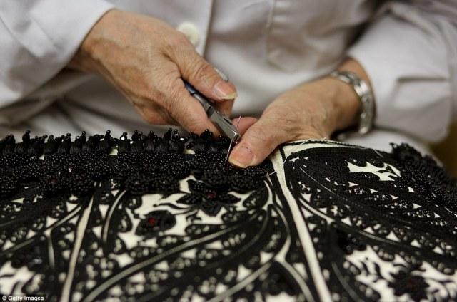 Tailor Milagros Casado χρησιμοποιεί πένσα για να ράψετε σκληρά πετράδια στο ντύσιμο ενός ταυρομάχος της