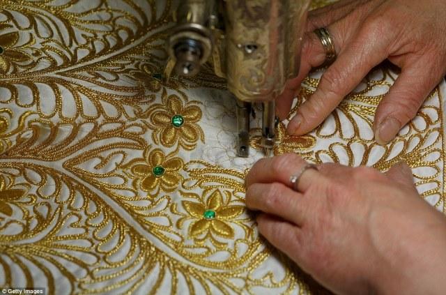 Παράδοση: στολές Ταυρομάχος είναι επίσης μερικές φορές αναφέρεται ως «κοστούμι από τα φώτα», λόγω των στρας, χάντρες και χρυσό ή ασημί νήμα που χρησιμοποιείται στα σχέδια