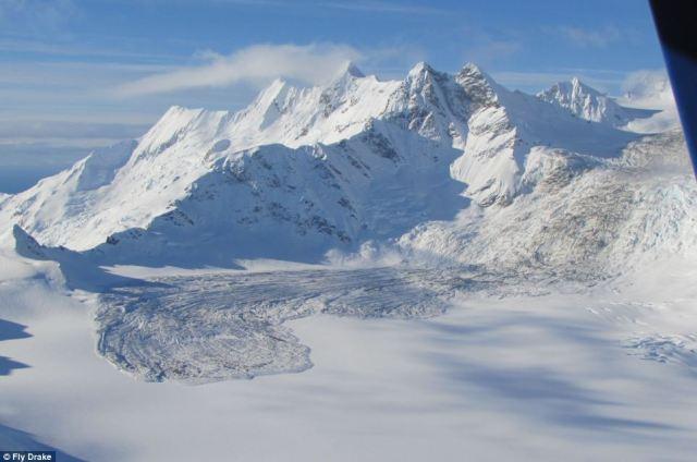Uno dei più grandi frane naturali degli ultimi anni ha avuto luogo in una zona remota del sud-est dell'Alaska il 16 febbraio, quando 68 milioni di tonnellate di roccia e detriti caduti giù una montagna lasciando depositi di 40 piedi profondo