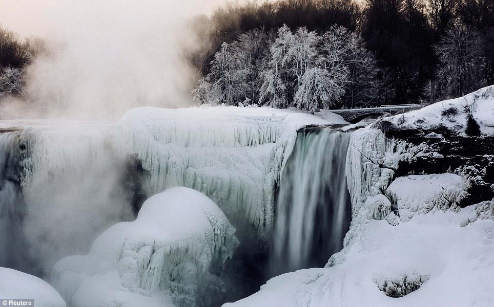 Congelados: Um pouco de água continua a fluir sobre as Cataratas, apesar das temperaturas frias
