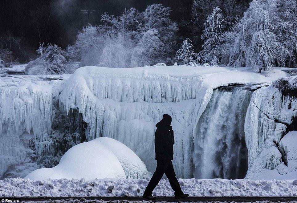 <font> <font> Icy: Um Homem E retratado andar na Frente do Lado parcialmente congelado americano das Cataratas Como subfreezing Temperaturas congelar o Nordeste </ font> </ font>