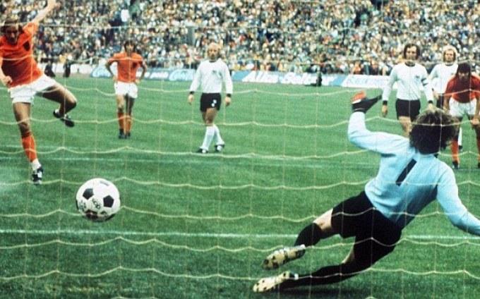 Neeskens batte Maier: Olanda in vantaggio