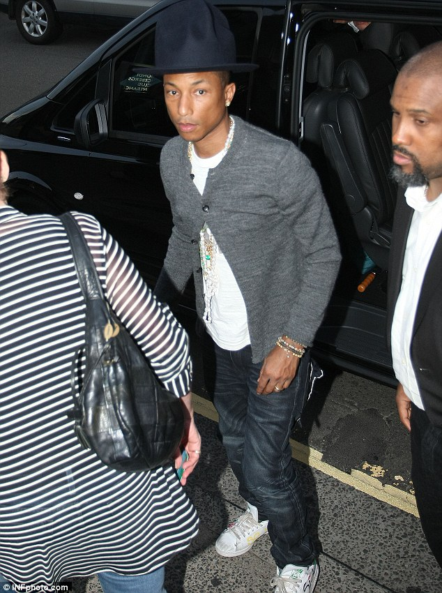 Pharrell Williams Wears Trademark Fedora To Dine At Sydney Restaurant Daily Mail Online
