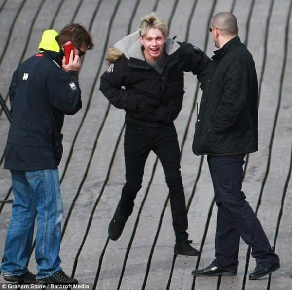 One Direction film new video on windy Clevedon Pier ...