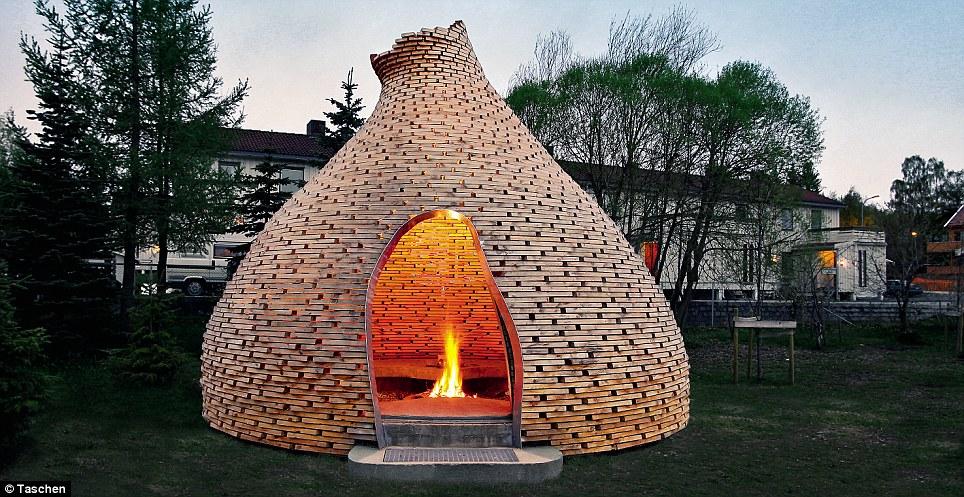 Hershey beso escondite: La Chimenea en forma de cúpula de la Infancia, Que se Sienta En Un parque infantil en Trondheim, Noruega, brilla un Través de las brechas en do-forma de roble CUANDO UN Incendio es Lista Dentro