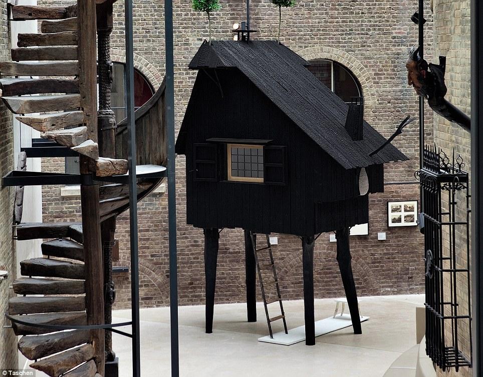 Pequeña y dulce: arquitecto Japonés Terunobu Fujimori designed this pequeño 'Casa Escarabajo' para Una Exposición especial en el Museo Victoria and Albert de Londres