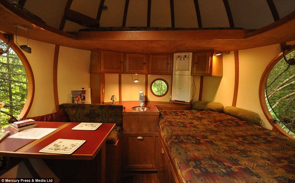 Inicio comodidades: Cada esfera tiene una cama y calefacción y también hay un enfriador de agua, fregadero, mesa y sillas, así que usted puede disfrutar de su desayuno con una vista
