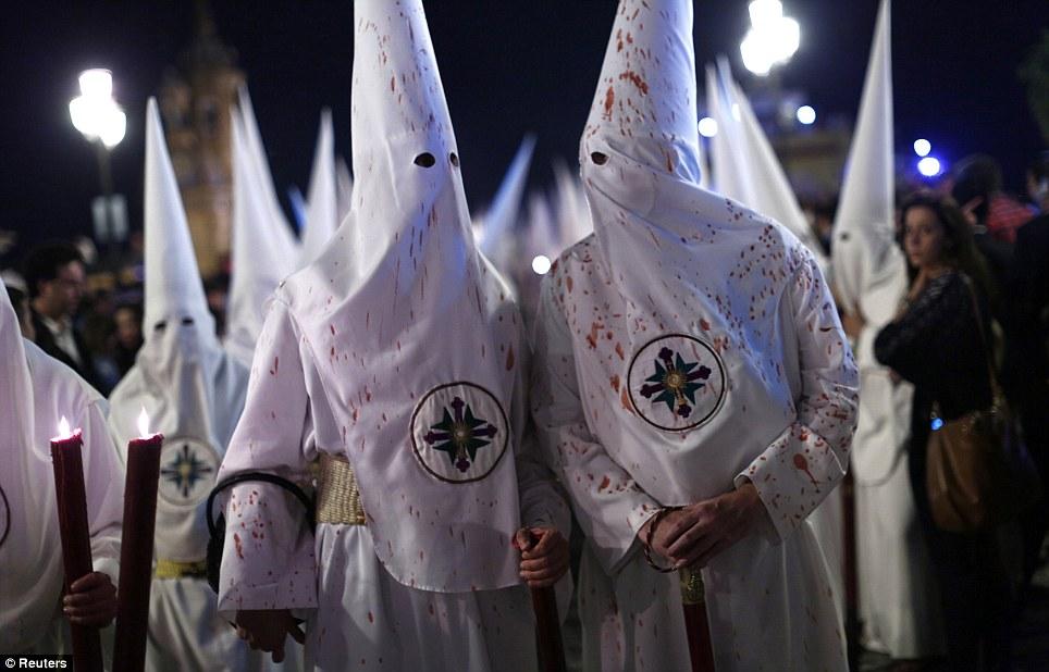 Pagar penitência: A irmandade São Gonçalo marcharam durante a noite, as suas velas vermelhas deixando suas capas manchadas com cera