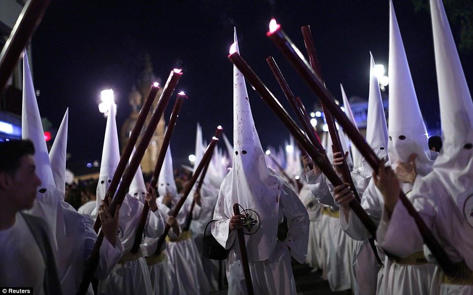 Fervor religioso: Penitentes da irmandade São Gonçalo participar de uma procissão da Semana Santa na capital andaluza de Sevilha