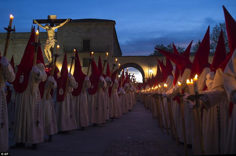 Procissão à luz de velas: Penitentes marchar na 'Procissão del Silencio' para marcar a Semana Santa em Espanha