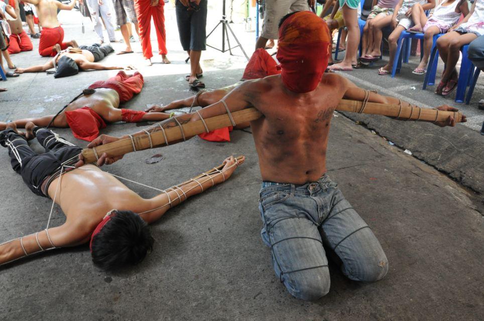 Dolorosas: Devotos com estacas de madeira amarradas a seus braços orar durante um ritual doloroso como parte do cumprimento da Quinta-feira Santa na cidade de Mandaluyong