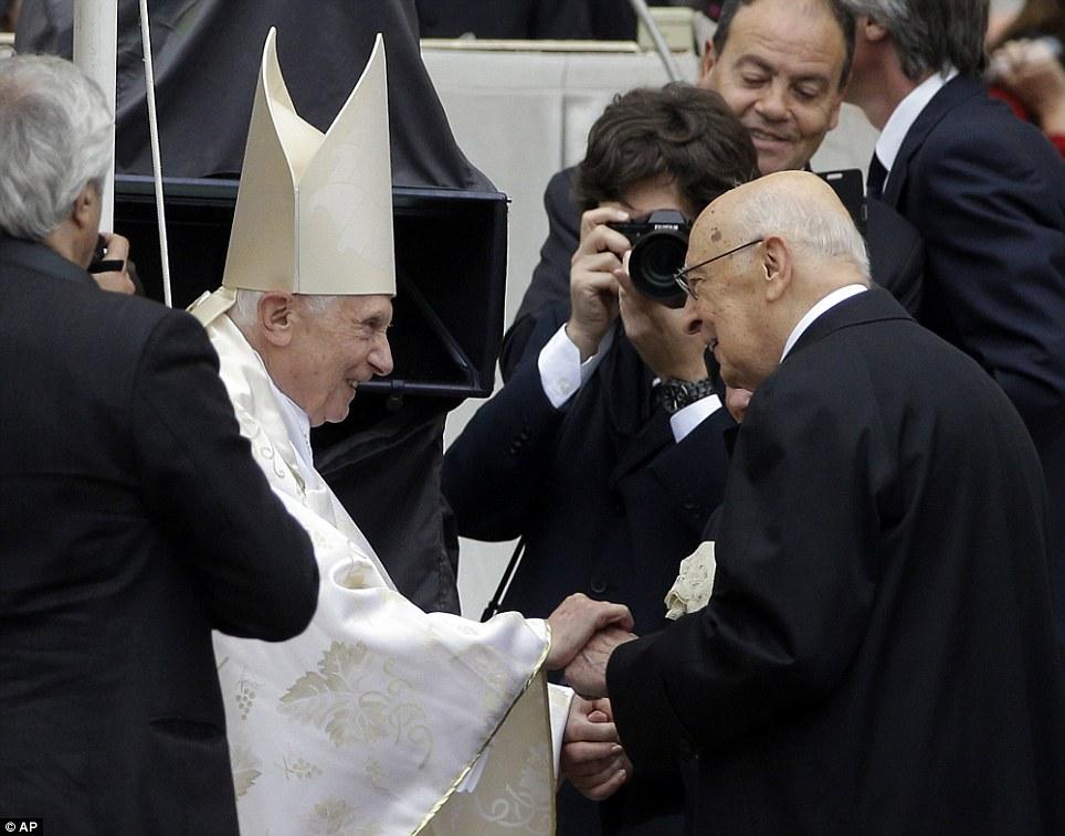 Saudações: Emérito Papa Bento XVI encontra presidente italiano, Giorgio Napolitano na Praça de São Pedro, no Vaticano