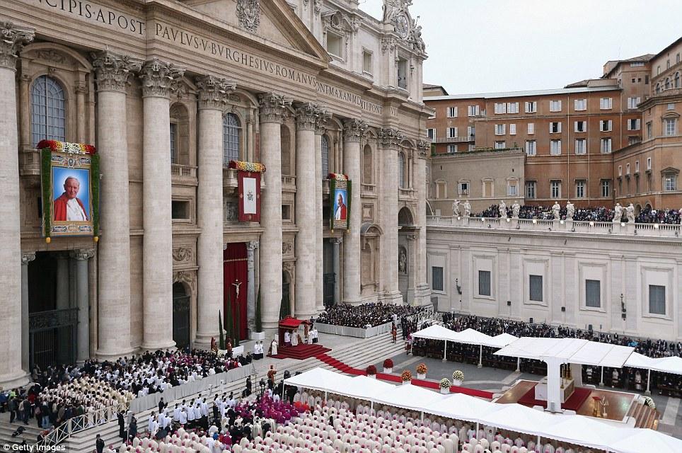 Olhando para baixo: Papa Francis leva a massa canonização em que João Paulo II e João XXIII são santos declarou